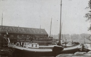 De werf van de Gebr. de Boer in Lemmer met in het dak het jaartal van de bouw van de ijzerloods. Foto Martens en Westra p.216.