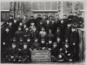 Het personeel van de scheepswerf van De Boer. Foto 1911. Foto collectie FSM Sneek.