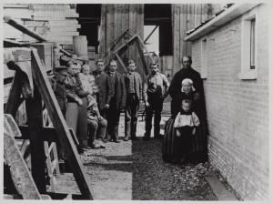 De familie De Boer met rechts tegen de muur Pier en Sytske. Foto rond 1900. Foto collectie FSM Sneek.