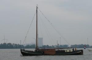 De Aeolus, ex-Eensgezindheid, ex-Albertha als varend woonschip (Dordtse Kil 2006). Foto Theo Hoogmoed.