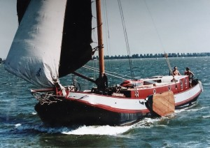 De Aeolus, toen nog Eensgezindheid, onder zeil midden jaren negentig in jacht-kleurstelling. Collectie Jeroen Woning.