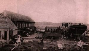 Werf van De Boer in Lemmer met wat lijkt een klipper in afbouw. Tussen 1903 en 1914 bouwde de werf 14 klippers en 2 klipperaken. Collectie F. Jansen