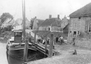 De haven van Poortugaal met de Vier Gebroeders, waarschijnlijk rond 1920.