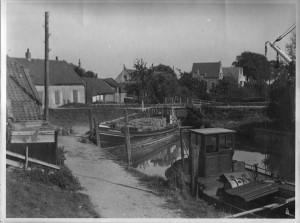 De haven van Poortugaal ca. 1930. De Vier Gebroeders met een deklast riet.