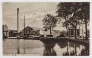 Nogmaals de steenfabriek in Woerden met twee schepen op de voorgrond.