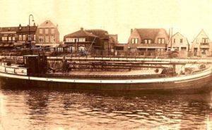 De Zeeland in de sluis bij Jutphaas in 1927. Op het dek de eigenaar Adriaan Leendert Dane, zijn vrouw Cornelia Struijk en hun dochter Maria.